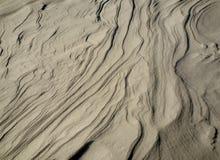 Wellen und Linien geschaffen durch den Wind auf frischem Schnee stockfotos
