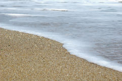 Wellen und Sand Lizenzfreie Stockfotografie