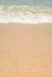 Wellen- und Sandgrenze Stockfoto
