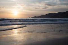 Wellen und Sonnenuntergang Lizenzfreies Stockfoto