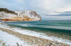 Wellen und Spritzen auf dem Baikalsee mit Felsen und Bäumen in Uzuri bellen Lizenzfreie Stockfotos