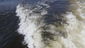Wellen und Spuren von den Motorbooten Der Ton des Wassers und des Motors Gesamtlängenclip 4K, ultra HD stock video footage