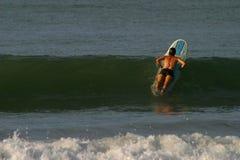 Wellen-und Surfer-Mädchen lizenzfreie stockfotos