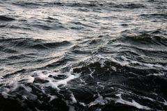 Wellen und Wind auf Meer im Herbst stockbilder