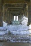 Wellen unter dem Pier-Portrait Stockfoto