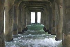 Wellen unter der Pier-Landschaft Stockbild