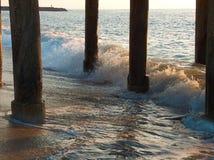 Wellen unter Pier Stockfotos