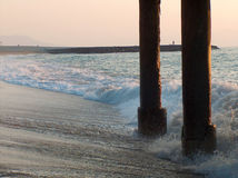 Wellen unter Pier Stockbilder
