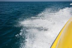 Wellen vom Boot im Mittelmeer Stockfoto