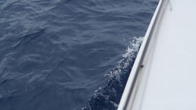 Wellen von des Bootes im Ozean stock video footage