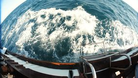 Wellen von einem sich hin- und herbewegenden Schiff stock footage