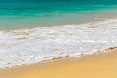 Wellen von einem tropischen Meer lizenzfreie stockbilder