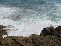 Wellen, welche die Felsen in Meer schlagen stockbild