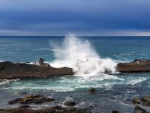 Wellen, welche die Küstenlinienfelsen schlagen Stockfoto