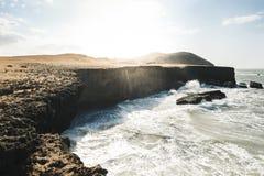 Wellen, welche die Klippe im cabo de la Vela schlagen stockfotografie