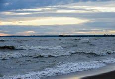 Wellen zerschmettert das Ufer Lizenzfreies Stockbild