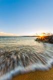 Wellen zur Sonnenuntergangzeit Stockfotos