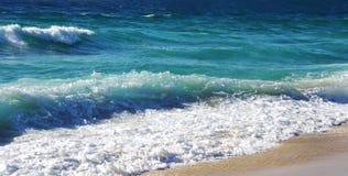 Wellenabbruch über dem Strand bei Algarve Stockfoto