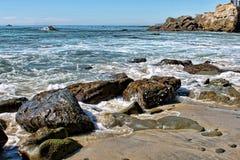 Wellenabbruch über Felsen Stockfotografie