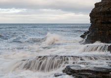 Wellenabbruch auf den Felsen lizenzfreies stockfoto