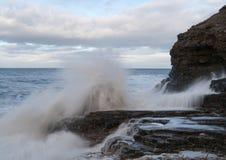 Wellenabbruch auf den Felsen lizenzfreie stockbilder