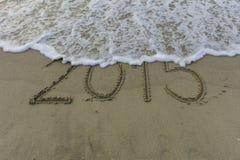 Wellenabwischen 2015, das auf Sand zeichnet Lizenzfreie Stockfotos