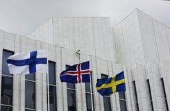 Wellenartig bewegen finnisch, schwedische, isländische Flaggen gegen Finlandia ha lizenzfreies stockfoto