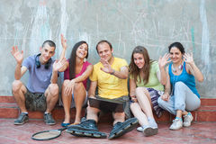 Wellenartig bewegen mit fünf Freunden Stockfotos