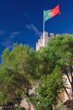 Wellenartig bewegen in rote und grüne Flagge des Winds von Portugal Stockfoto
