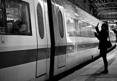 Wellenartig bewegende Abschiedsfrau Stockfoto
