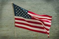 Wellenartig bewegende amerikanische Flagge Stockfotos