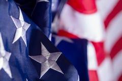 Wellenartig bewegende amerikanische Flagge stockbilder