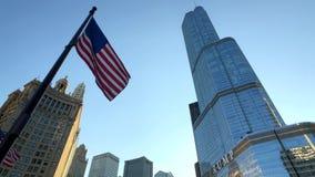 Wellenartig bewegende Ansicht von unten der amerikanischen Flagge stock video footage