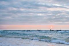 Wellenartig bewegende Boote im Meer von Weizhou-Insel, Beihai, Guangxi, China stockbilder
