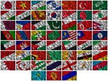 Wellenartig bewegende bunte Asien-Markierungsfahnen auf einem silk Hintergrund Lizenzfreie Stockfotos