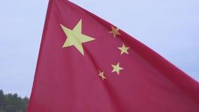 Wellenartig bewegende chinesische Markierungsfahne Flagge des Leute ` s die Republik China gegen den blauen Himmel stock footage