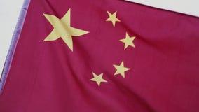 Wellenartig bewegende chinesische Markierungsfahne Flagge des Leute ` s die Republik China gegen den blauen Himmel stock video footage