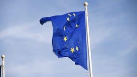 Wellenartig bewegende europäische Flagge oder Flagge von Europa stock video footage