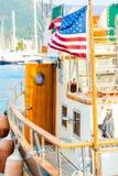 Wellenartig bewegende Flagge des Winds von Amerika an Bord Lizenzfreie Stockfotos