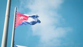 Wellenartig bewegende Flagge Kubas mit Havana auf Hintergrund stock video footage