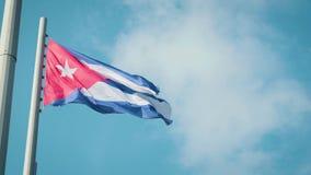 Wellenartig bewegende Flagge Kubas mit Havana auf Hintergrund stock footage