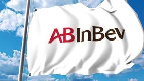 Wellenartig bewegende Flagge mit Logo Anheuser-Busch InBev gegen Wolken und Himmel Animation des Leitartikels 4K stock footage