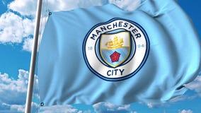 Wellenartig bewegende Flagge mit Manchester City Fußballteamlogo Redaktionelle Wiedergabe 3D Lizenzfreies Stockfoto
