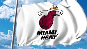 Wellenartig bewegende Flagge mit Miami Heat Berufsteamlogo Redaktionelle Wiedergabe 3D Lizenzfreies Stockbild