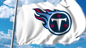 Wellenartig bewegende Flagge mit Tennessee Titans-Berufsteamlogo Redaktionelle Wiedergabe 3D Stockfotos