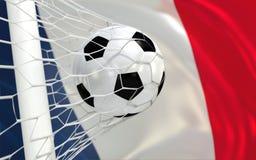 Wellenartig bewegende Flagge und Fußball Frankreichs im Zielnetz Stockbild
