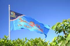 Wellenartig bewegende Flagge von Siam Park gegen blauen Himmel in Costa Adeje auf Teneriffa Stockfoto