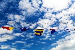 Wellenartig bewegende Flaggen Stockfotografie