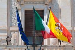 Wellenartig bewegende Flaggen Lizenzfreies Stockbild