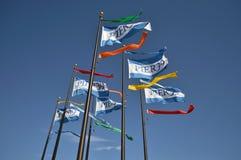 Wellenartig bewegende Flaggen des Piers 39 in San Francisco, CA stockbilder